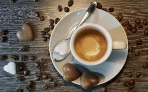 Sitter på kinesisk Starbucks og leser Knausgård