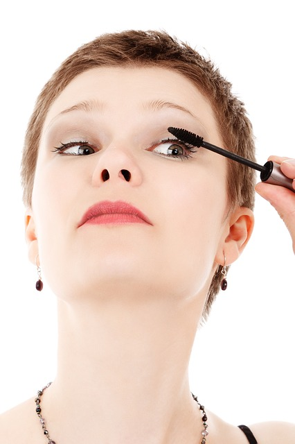 Det å ta på mascara kan være vanskelig i starten, men kommer seg etter hvert.